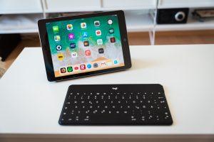 iPad 2018 mit Logitech-Bluetooth-Tastatur.