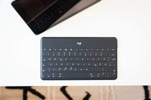 Logitech iPad-Tastatur mit iOS-Funktionstasten.