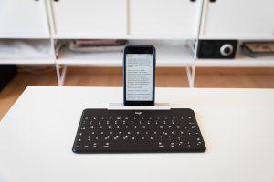 Logitech-Tastatur mit angeklemmten Smartphone-/Tablet-Ständer.